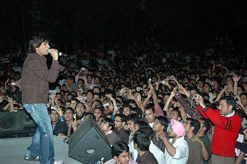 k.k. performing at JUIT, Himachal Pradesh