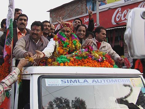 dhumal-accepts-garlands-from-the-people
