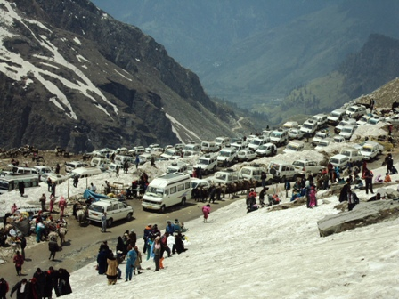 Tourist vehicles at Rohtang Pass