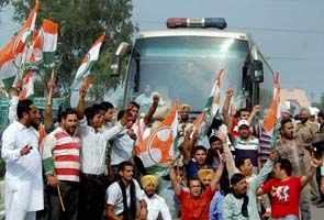 Congress protestors stop Delhi-Lahore bus, want service discontinued!