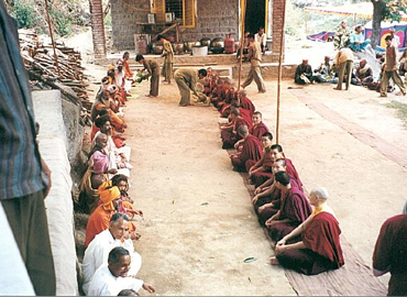 DGL nuns and yogis Swamijis ashram Bandara1.jpg