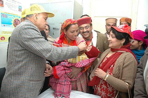 Dhumal administering polio drops in kullu