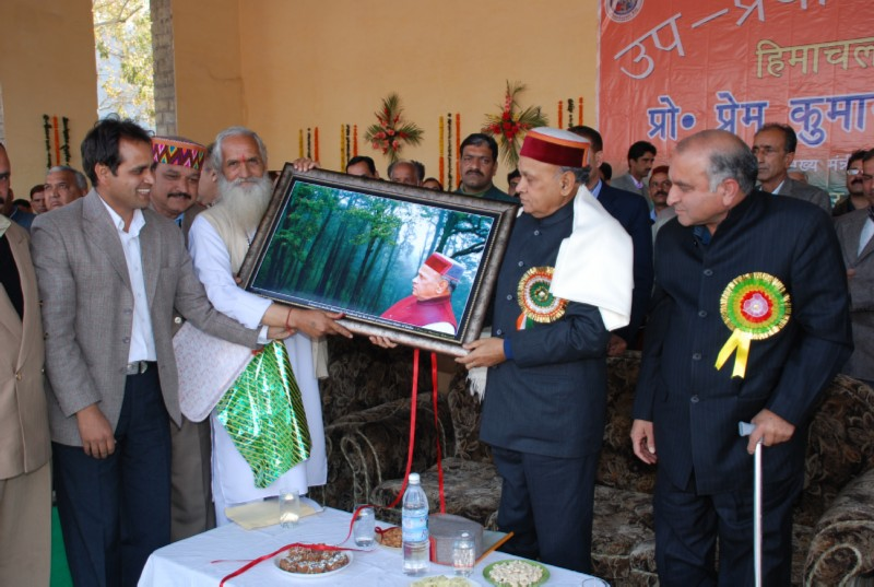 Chief Minister being presented memento by Gram Panchayat Up Pradhan Sangh