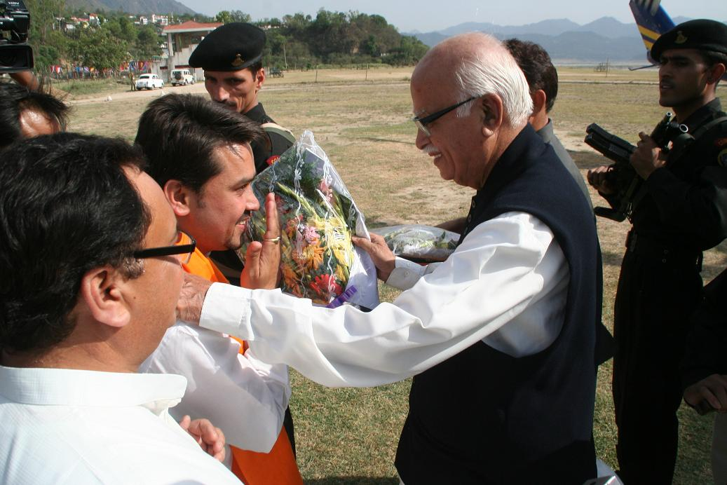 anurag-thakur-welcoming-aadvani-at-luhnu