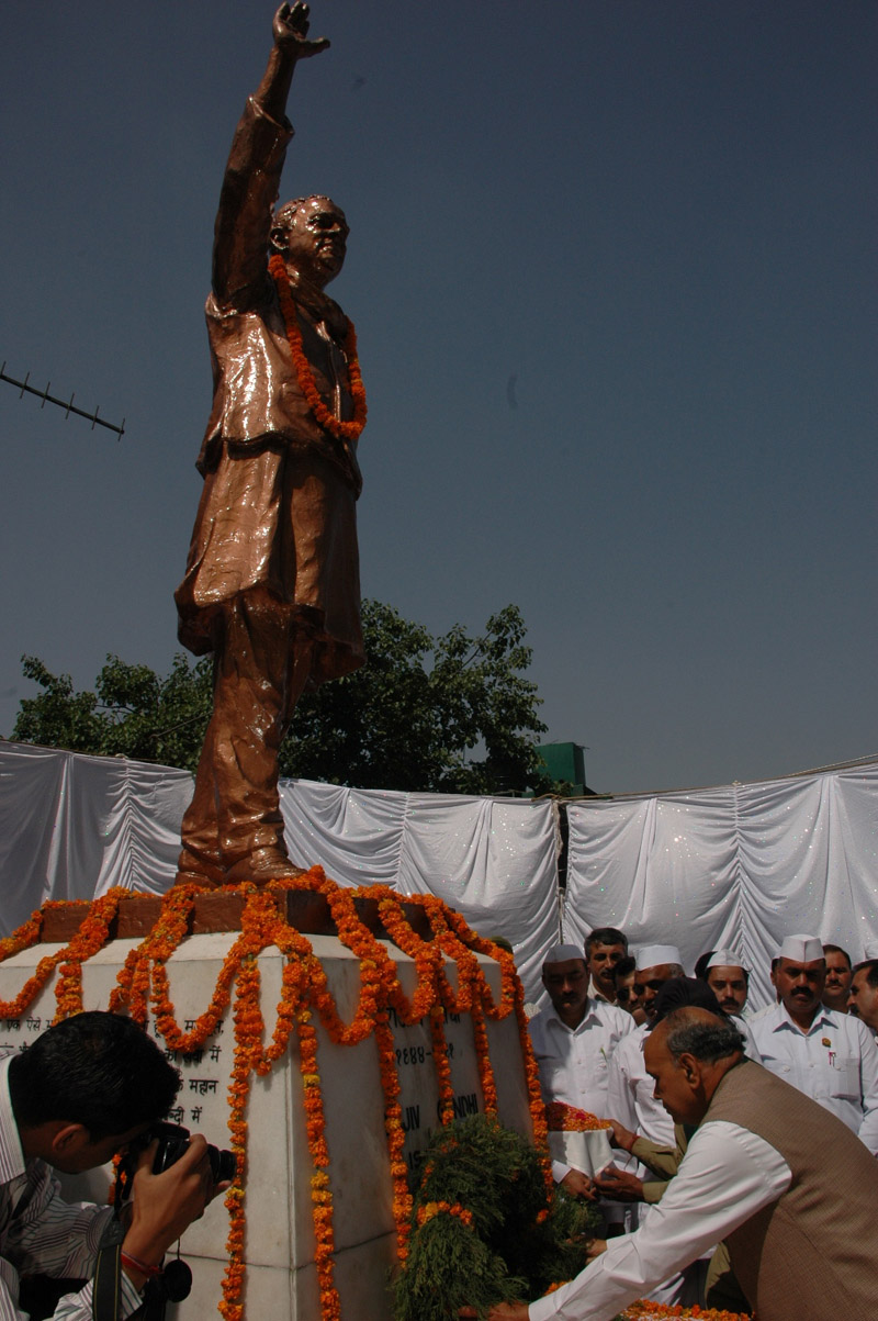 Dhumal paying floral tributes to former Prime Minister, late Rajiv Gandhi, on his 18th death anniversary at Shimla
