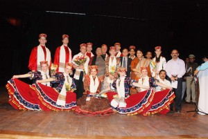 HP Governor with artists, photo by govt. I&PR Department.