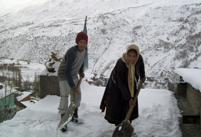 Highland Residents of Lahaul Clear Rooftops of Snow