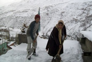 Highland-Residents-of-Lahaul-Clear-Rooftops-of-Snow
