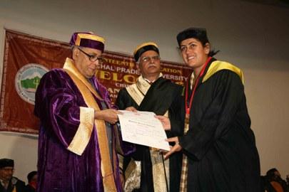 Pranab Mukherjee conferring medals to HPU scholars