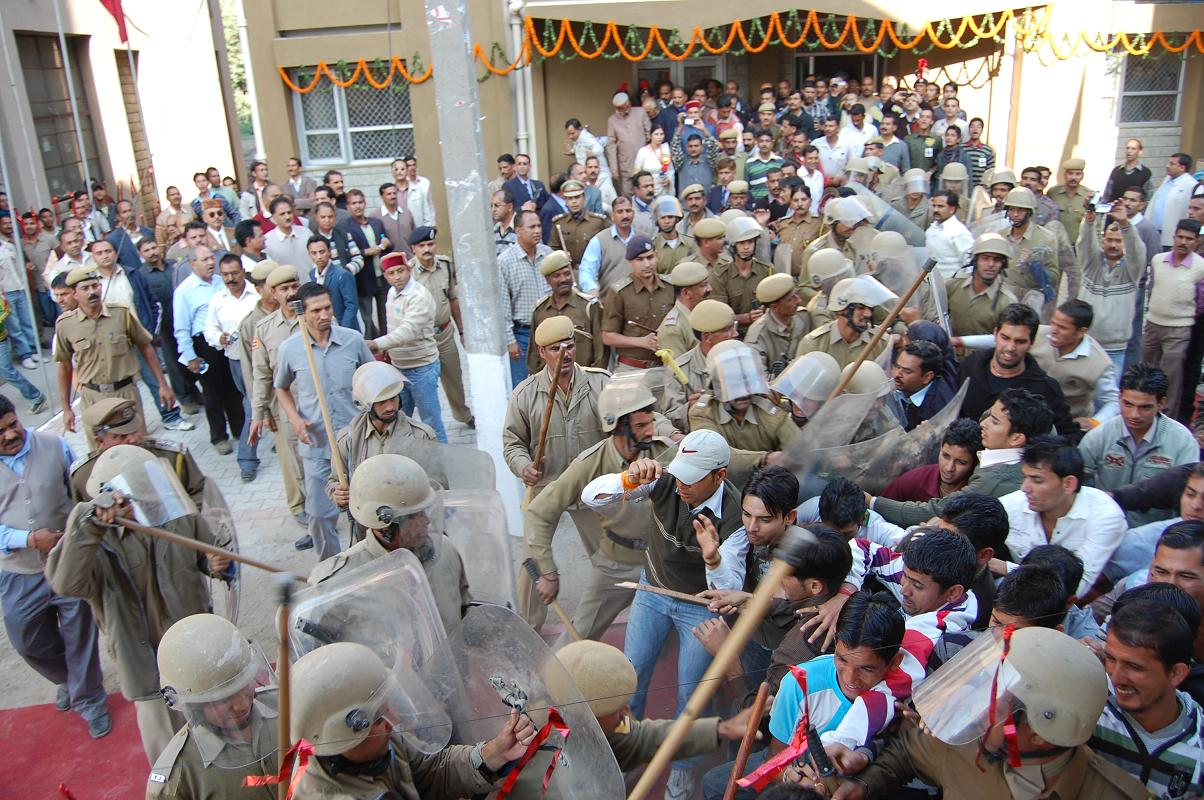 protest against DC Mandi in CM's Ralley at Mandi-02