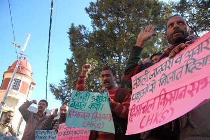 Himachal Kisan Sabha holds protest before DC's office over farmers issues