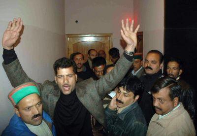 Rival congressmen shout slogans in definace of party diktats