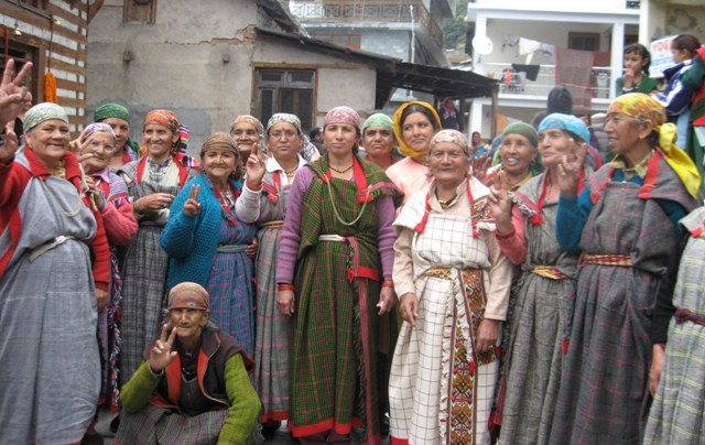 Manali: Having held long protests against the 1 MW Chhor Nala mini-hydropower project, residents in large numbers gathered at Vashist Temple, Manali to show support for the cabinet decision for cancelling the very allotment of the project.
