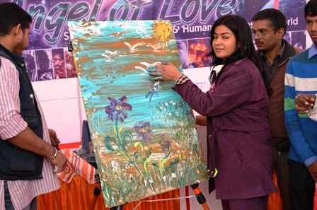 Manan Chaturvedi painting in Jaipur to support 88 street children