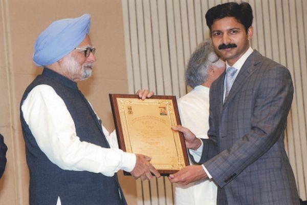 Prime Minister Dr Manmohan Singh presenting MGNREGA national award to Mandi Deputy Commissioner Sh Devesh Kumar for participation of women in MGNREGA.