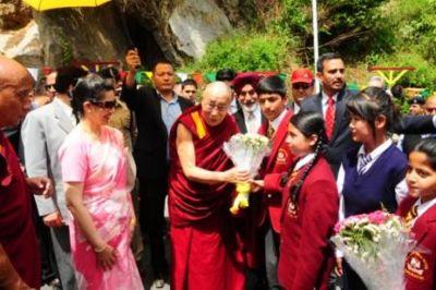 Dalai Lama being received by school children