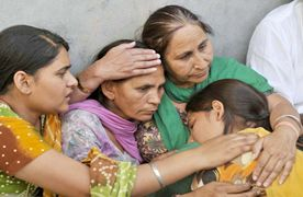 Hundreds flock to see Sarabjit's body in Bhikhiwind