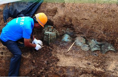 Chinese worker digs up ancient artefacts at Yejiashan Graveyard in Suizhou city