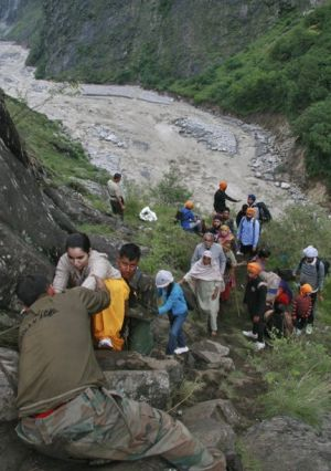 rescue team stranded at Kedarnath;heavy rains stop relief work