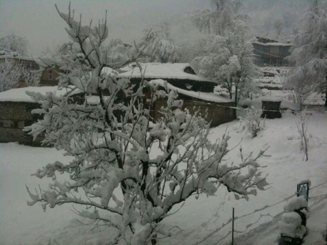 Manali gets seasons first snowfall