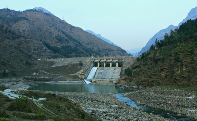 3.Built in 1977, the Pandoh dam diverts the water of the Beas to the south west through a 38 km (24 mi) long system of tunnels and channels. The water is used for power generation at the Dehar Power House before being discharged into the Sutlej River, connecting both the rivers. The people ousted from their land because of this project are still demanding return of the unused land.