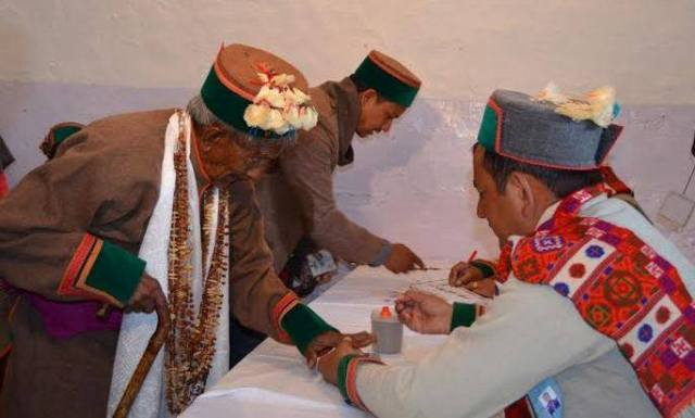 India's first voter Shyam Saran Negi casting his vote